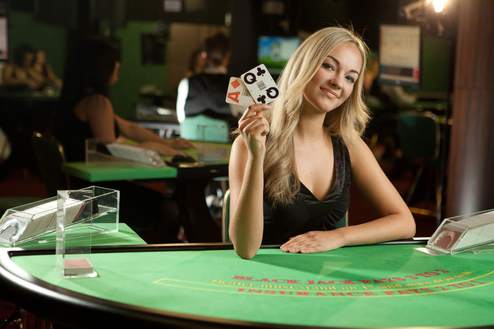 2013_live_blackjack_blonde_female_dealer_22_0